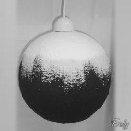 Lustra tip pendul cu abajur sferic alb-negru